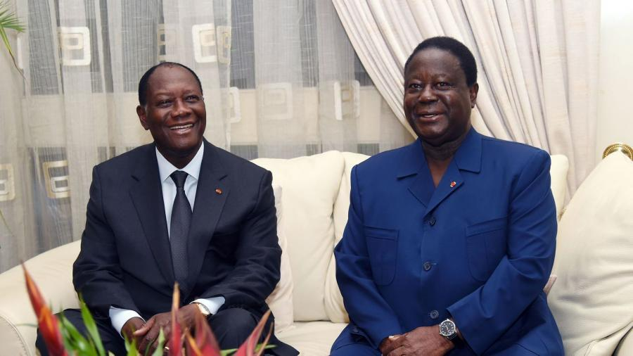 le-president-ivoirien-alassanne-ouattara-g-et-l-ancien-president-konan-bedie-henri-lors-d-une-rencontre-le-27-octobre-2015-a-abidjan_5453494.jpg